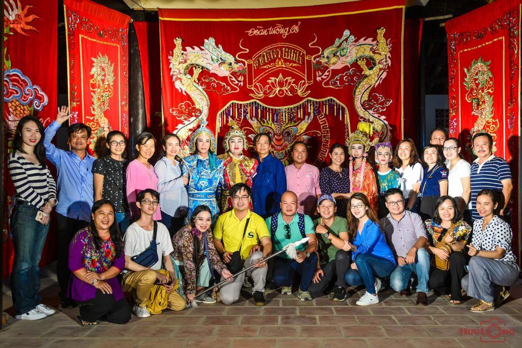 Chụp hình lưu niệm với các nghệ sĩ đoàn tuồng cổ Đồng Thinh