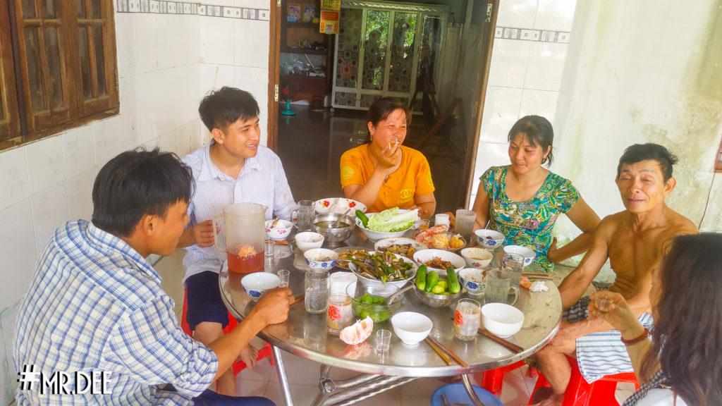 Bữa tiệc nhà chị Út Thang đây