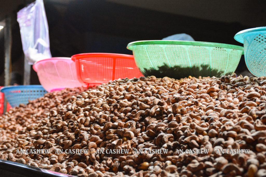 Mẻ hạt điều rang muối chờ phân loại